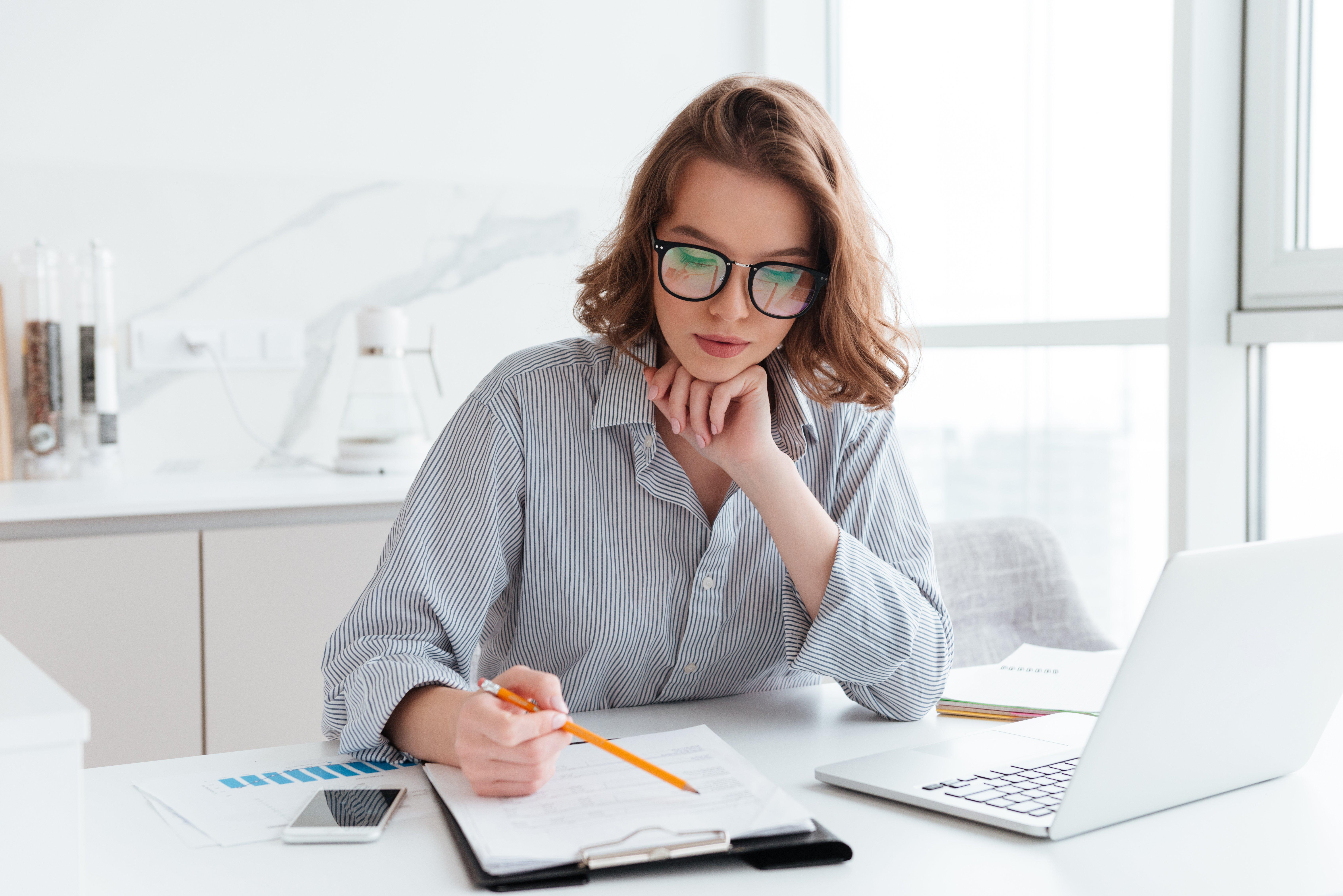 Mujer concentrada estudiando sobre la reputación en Mercado Libre