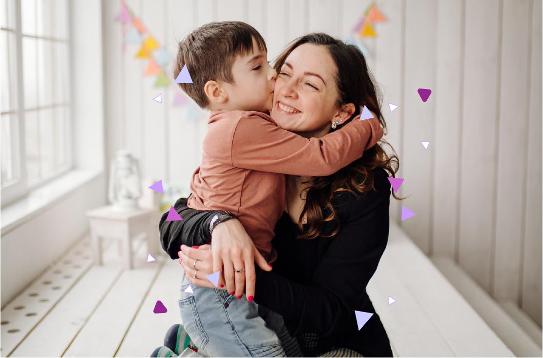 Madre e hijo felices y abrazados en el Día de la Madre