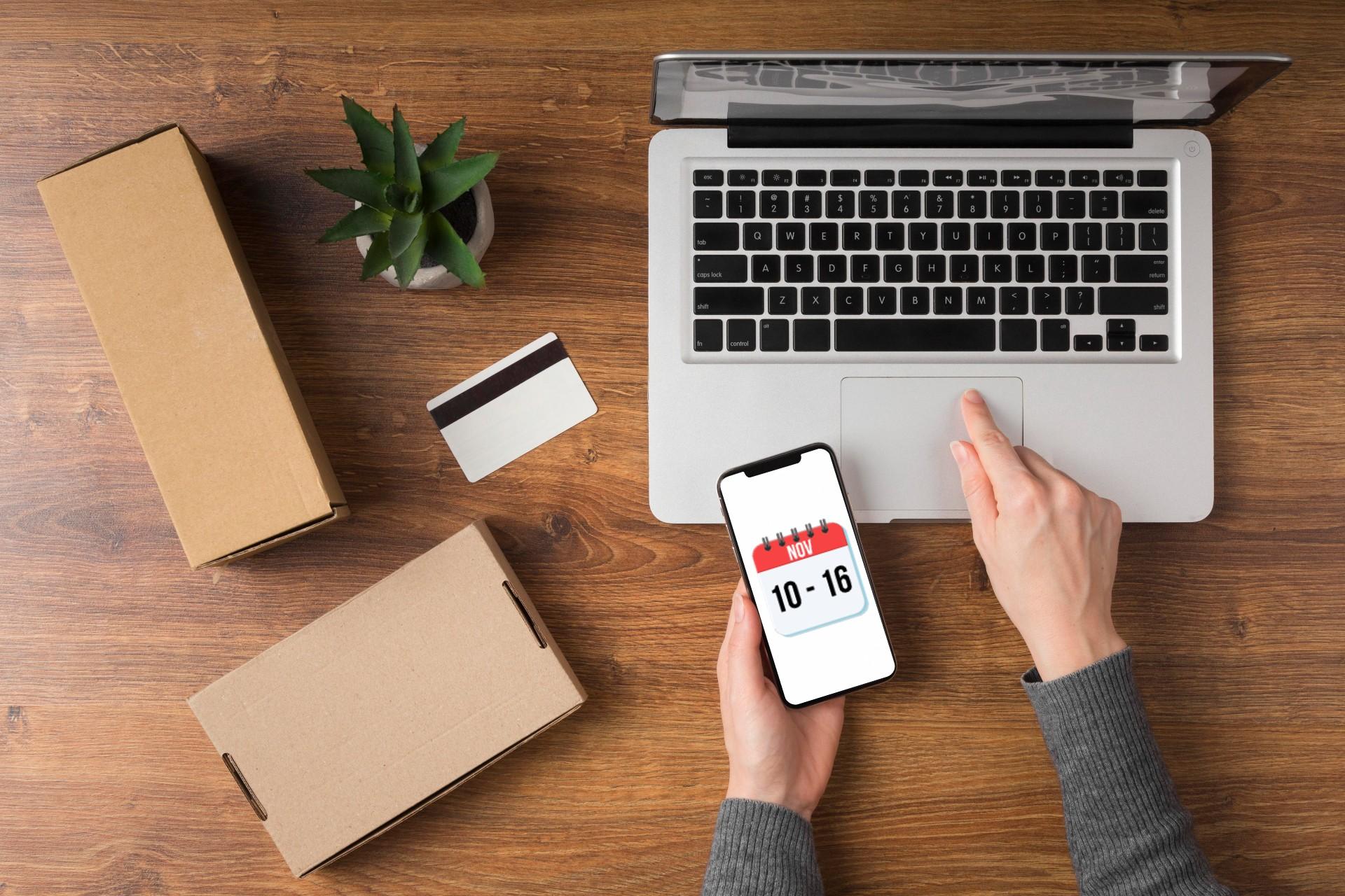 Paquetes del Buen Fin junto a laptop y tarjeta de crédito