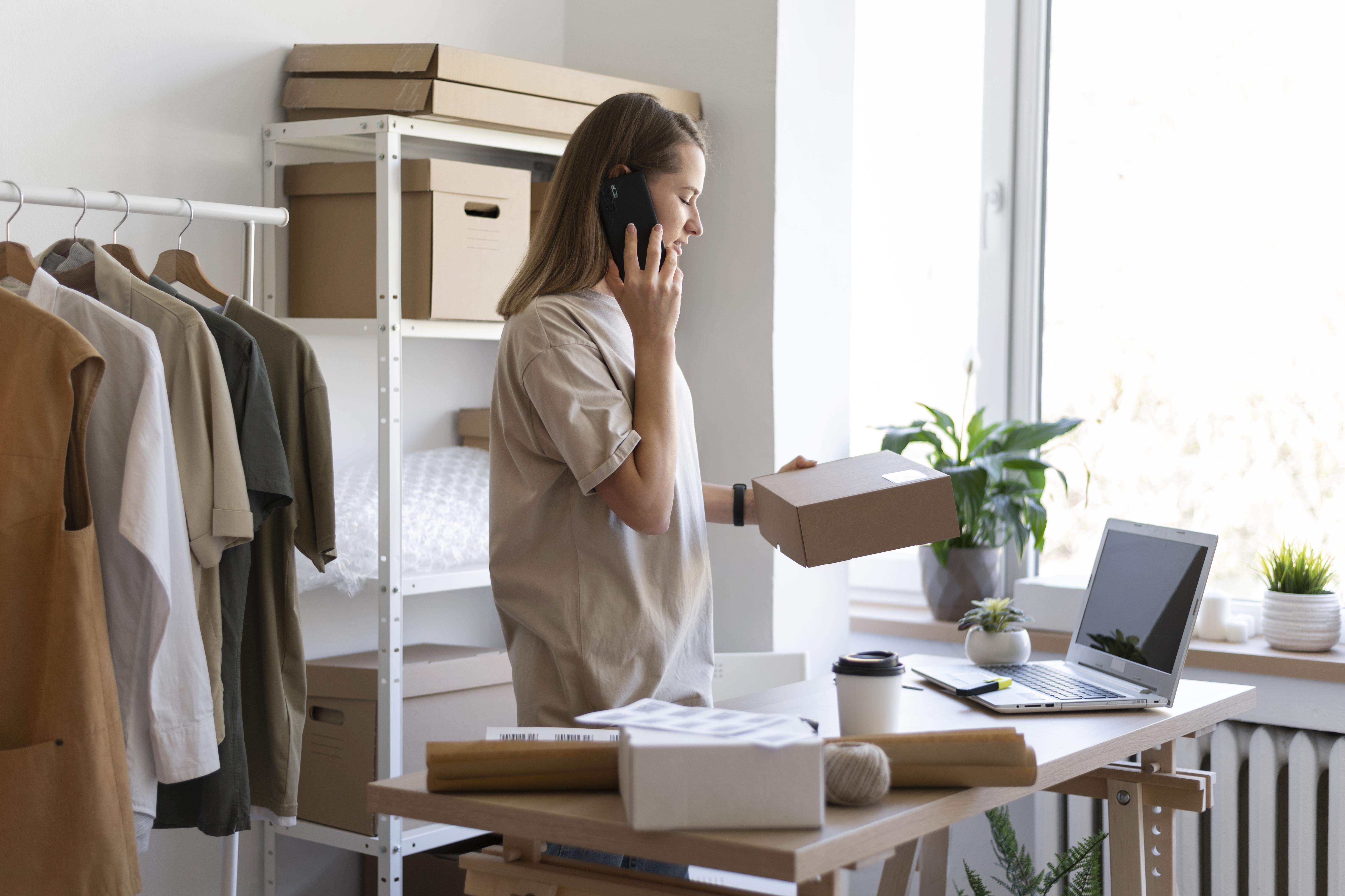 Mujer hablando por teléfono y revisando paquetes de mensajería