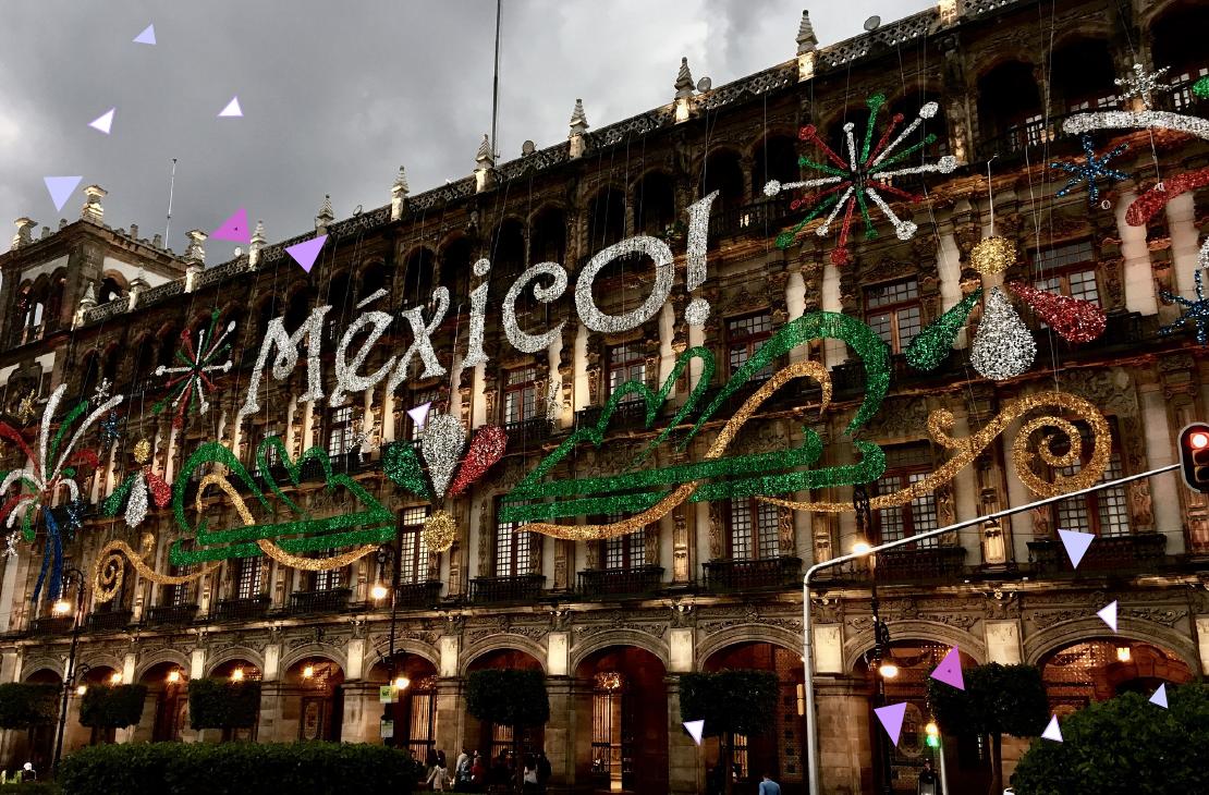 Edificio decorado por motivo del día de la independencia en México