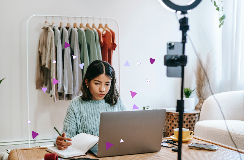 Mujer concentrada en laptop mientras toma nota del Cyber Monday