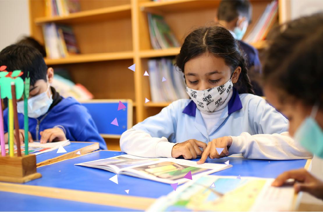 Niños en el salón de regreso a clases en México