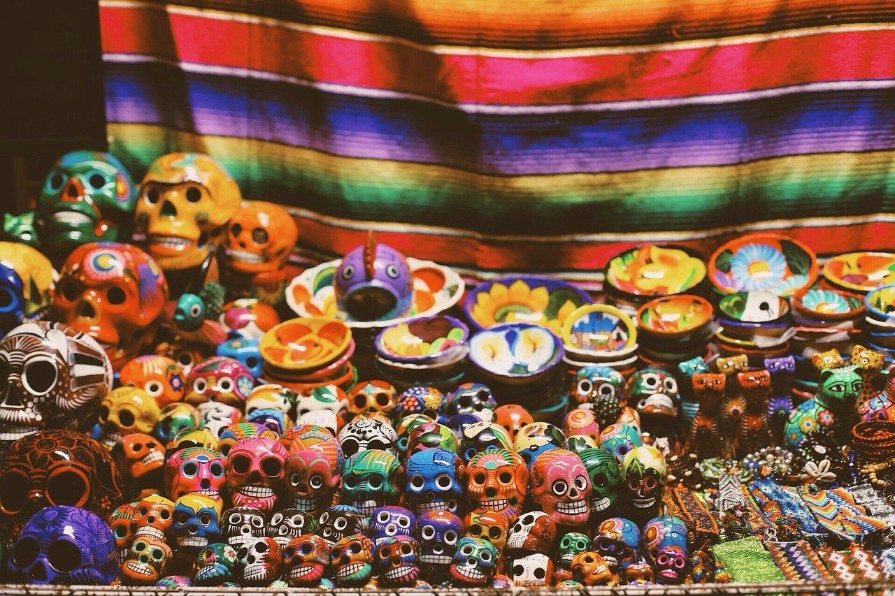 Calaveritas de cerámica multicolor por motivo de Día de Muertos México